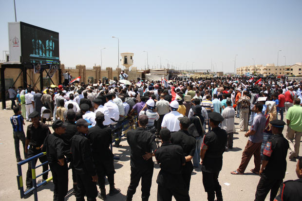 Crowd reacts outside Mubarak trial