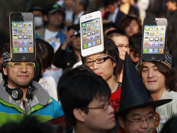 4S hits the streets, Apple fans go nuts