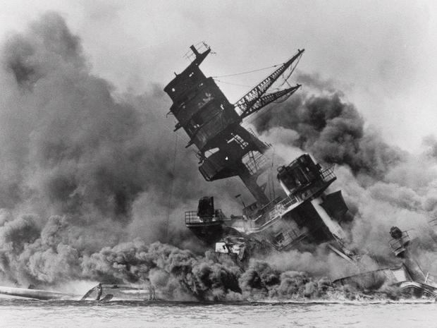 亚利桑那号航空母舰因吸入珍珠港而冒烟