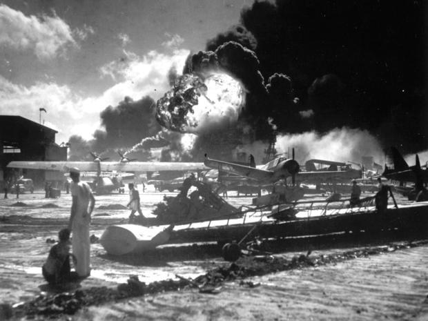 美国海军在珍珠港爆炸时,水手从福特岛观看