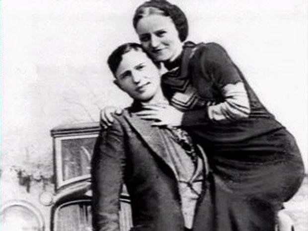 臭名昭着的抢劫伙伴Bonnie Parker和Clyde Barrow在1932年至1934年间拍摄的照片中可以看到。