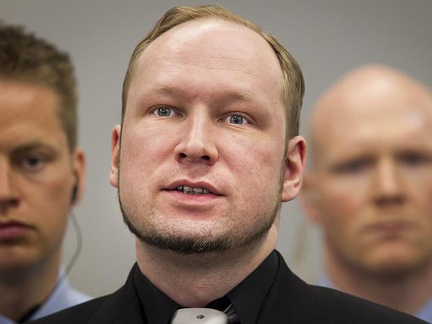 被告Anders Behring Breivik,中心,在2012年4月20日在挪威奥斯陆举行的大规模杀戮审判的第5天开始时在法庭上。