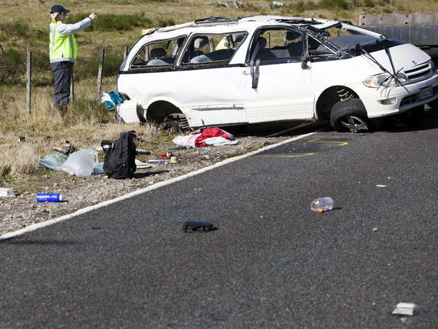 2012年5月12日,警察在新西兰Turangi附近检查一起小型货车事故现场。