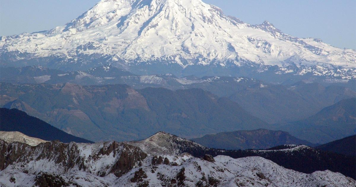 Mt. Rainier ranger dies while rescuing climbers - CBS News