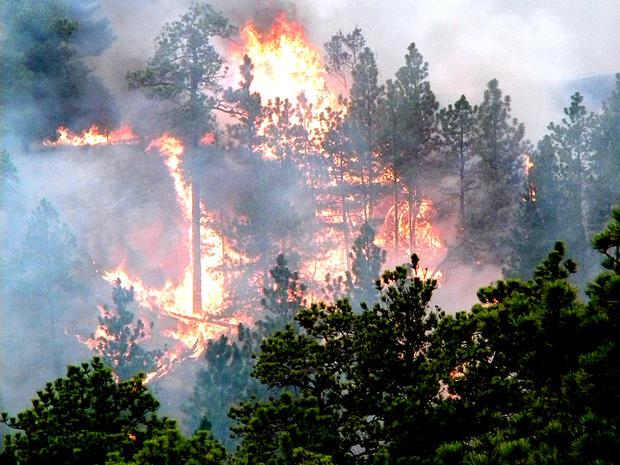 在2012年6月29日的一张照片中,一辆房车发生机械故障导致火灾后,火灾发生在S.D.的Edgemont附近。