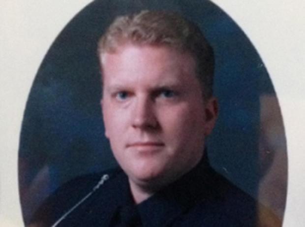 西布鲁姆菲尔德乡警察局的帕特里克奥罗克在星期天晚上接听电话时被枪杀。