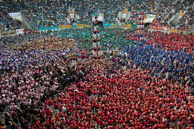 Hundreds make amazing human towers