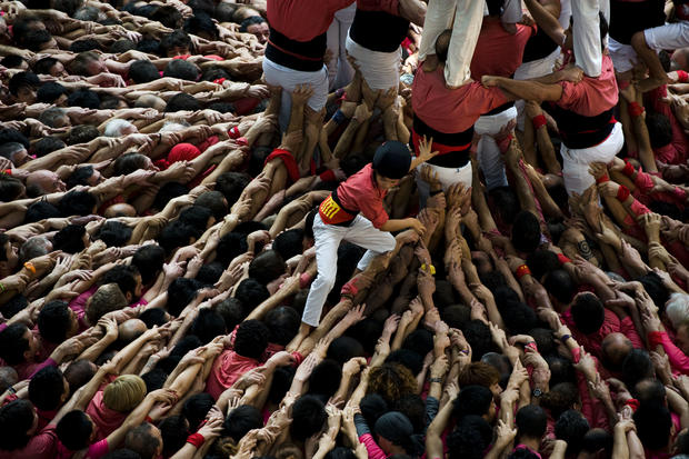 Hundreds make amazing human towers