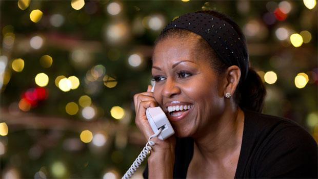 作为年度NORAD Tracks Santa计划的一部分,第一夫人米歇尔奥巴马在与全国各地的儿童通电话时作出反应。奥巴马夫人接听了夏威夷凯卢阿,2012年12月24日平安夜的电话。