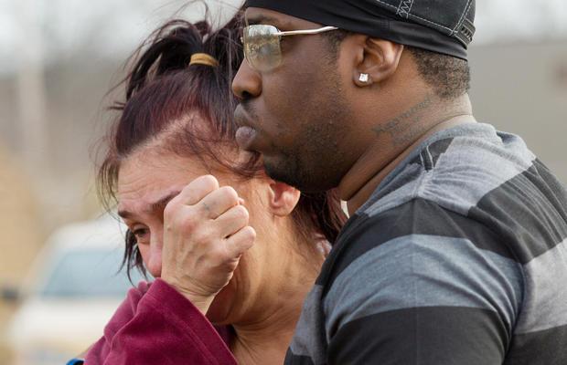 卡斯蒙德·帕克(Kasmond Parker)右边,在坠机现场安慰了辛迪·曼(Cyndy Mann),在公园大道(Park Ave)清晨有六名青少年被杀。 2013年3月10日星期日,在俄亥俄州沃伦市。