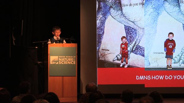 9岁的Eli Navant在他作为丹佛自然科学博物馆馆长的当天结束时发表演讲。