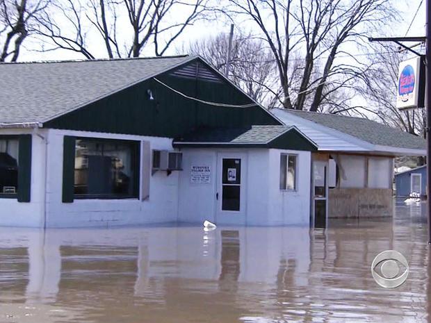 伊利诺伊州斯普林湾小镇的45所房屋正在水下。