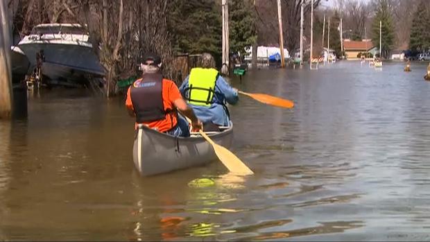 新泽西州的两个法戈居民通过独木舟过马路。红河高出洪水阶段16英尺。