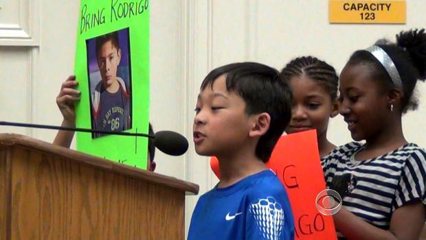 学生在罗德里戈的四年级集会中将他带回美国。