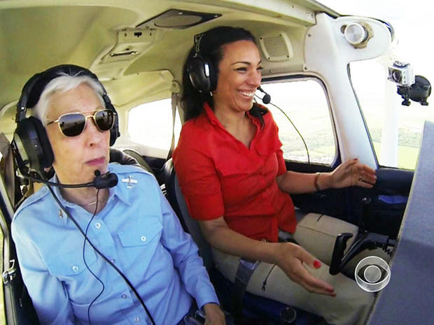 Wally Funk带着Michelle Miller参加飞行课程。
