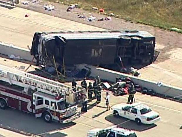 2013年7月27日,在CBS印第安纳波利斯附属公司WISH-TV的一次空中拍摄中,在印第安纳波利斯大道上看到一辆公共汽车。