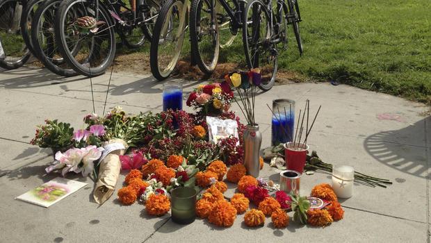 沿着加利福尼亚州威尼斯,海滩木板路的一个临时纪念碑将于2013年8月4日星期日附近展示,周六事件涉及一名驾驶员加速穿过一群海滩游客,一个接一个地打击旁观者,旁观者拼命想要离开办法。肇事逃逸在她的蜜月中杀死了一名意大利女子并伤害了其他11人。