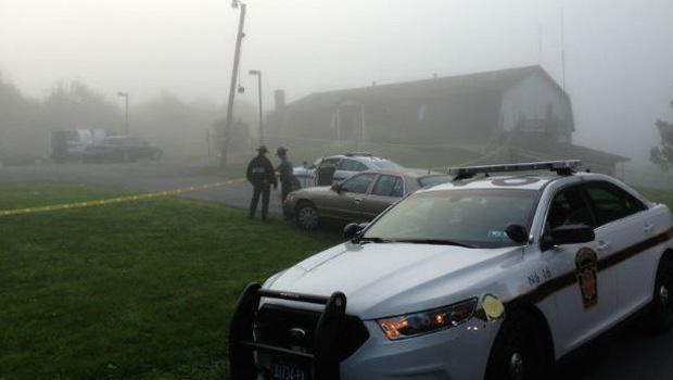 州警察在宾夕法尼亚州Saylorsburg的罗斯镇市政大楼外面,警察说枪手在乡镇会议上开枪。