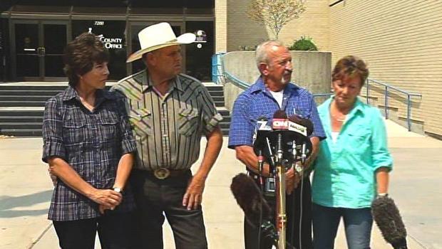 迈克和玛丽杨(左)以及马克和克里斯塔约翰在2013年8月11日星期日在爱达荷州的新闻发布会上告诉记者他们如何发现失踪的青少年汉娜安德森和她失踪的俘虏。