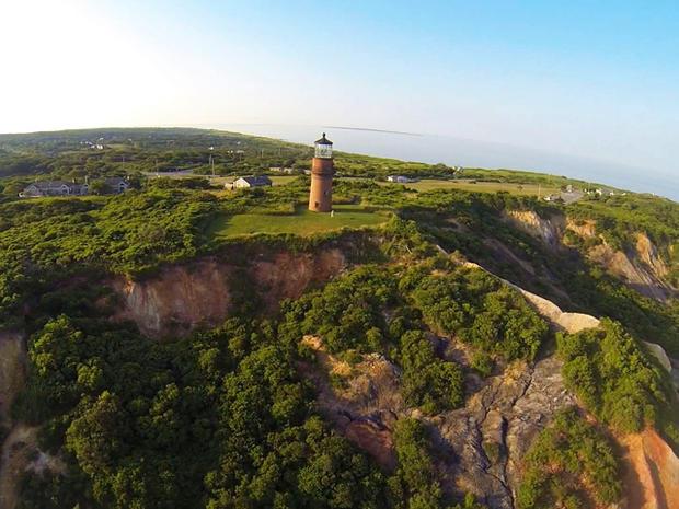 玛莎葡萄园的同性恋头悬崖灯塔坐落在侵蚀的悬崖上。
