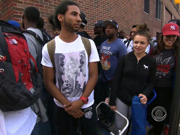 """2013年8月21日,在""""CBS晚间新闻""""节目中,求职者在纽约排队等待木匠学徒。"""