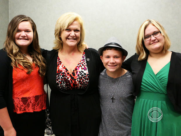 康妮有两个成年的孩子,张开双臂欢迎泰勒进入她的家庭。