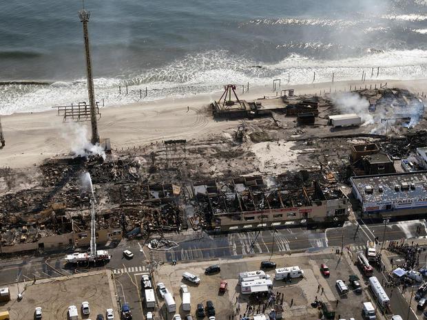 这幅航拍图片展示了2013年9月13日在新泽西州海滨公园烧毁大部分海滨公园木板路的大火的后果。
