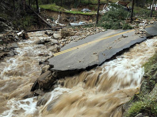 2013年9月13日,在地球视觉信托基金会提供的这张照片中,可以看到科罗拉多州博尔德以北的Gold Run Creek遭到破坏。
