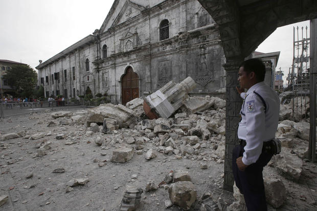 Deadly quake strikes Philippines