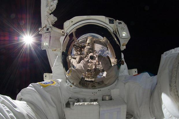 800px-ISS-32_American_EVA_b3_Aki_Hoshide.jpg