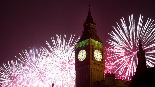 烟花在国会大厦爆炸,包括女王伊丽莎白二世塔,它举行着名的大笨钟,伦敦庆祝新年的到来
