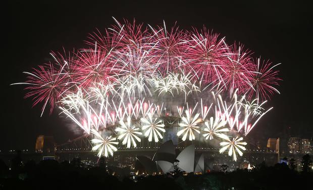 在悉尼的新年前夕庆祝活动期间,烟花在海港大桥和歌剧院爆炸