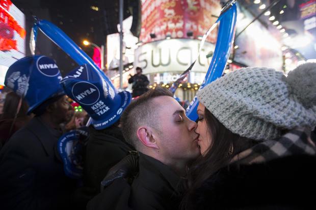 Rob Rudolph和Amanda Weaber在纽约时报广场新年前夜庆祝活动午夜后分享一个吻