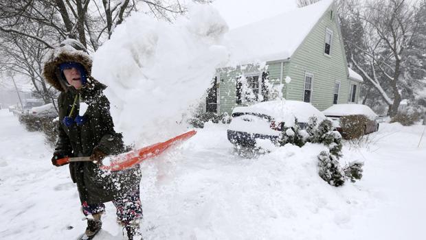 2014年2月5日,马萨诸塞州诺伍德市的Peggy Udden在Norwood挖掘车道。