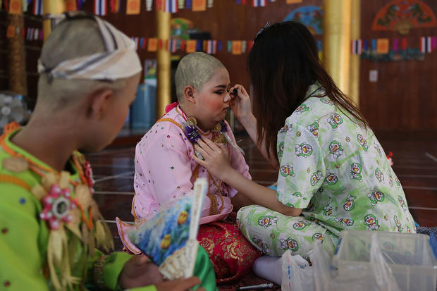 Young Thais ordained into Buddhism