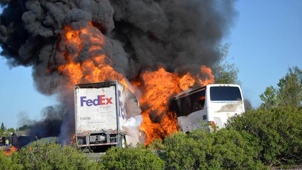 2014年4月10日,当他们在加利福尼亚州奥兰德附近坠毁时,大量的火焰吞噬了联邦快递的拖拉机拖车和公共汽车。