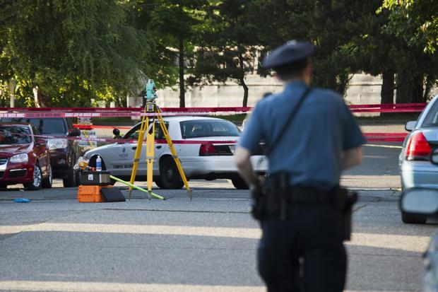 警察擦洗射击场面在西雅图太平洋大学校园里的在2014年6月5日的华盛顿