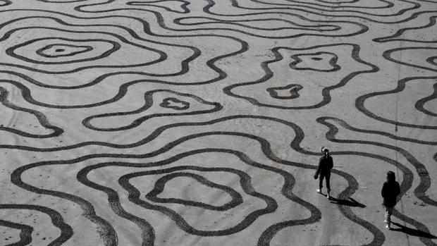 """""""Earthscape artist"""" uses beaches as his canvas"""