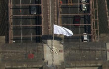 Brooklyn Bridge security questioned after mysterious white flags placed on top