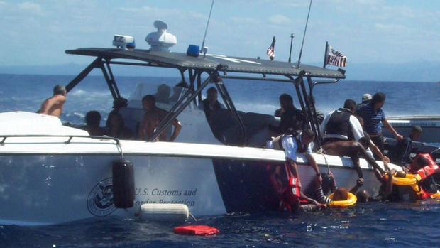 航空和海事处的代理人将乘客带到他们的船上。
