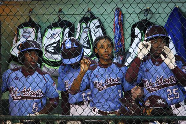 费城投手Mo'ne Davis,在南威廉斯波特的小联盟世界系列锦标赛中,与队友Jahli Hendricks(8)和Zion Spearman(25)在对阵拉斯维加斯的半决赛棒球比赛的第六局中站在休息室