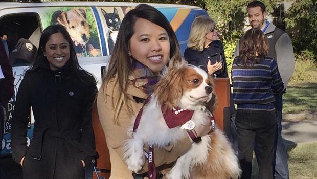 2014年11月1日,埃博拉幸存者Nina Pham在达拉斯达拉斯动物服务中心与她的狗Bentley重聚。