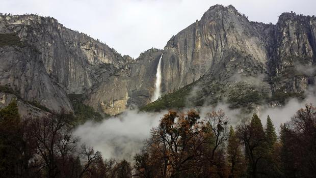 2014年12月3日,在加利福尼亚州约塞米蒂国家公园,在国家公园管理局提供的这张照片中,上部优胜美地瀑布全面流动。