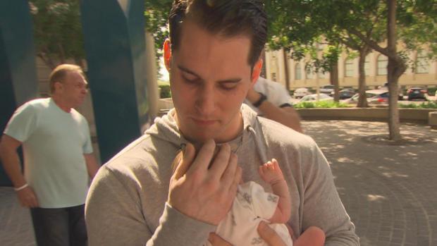 克里斯蒂安史密斯第一次抱着他刚出生的女儿