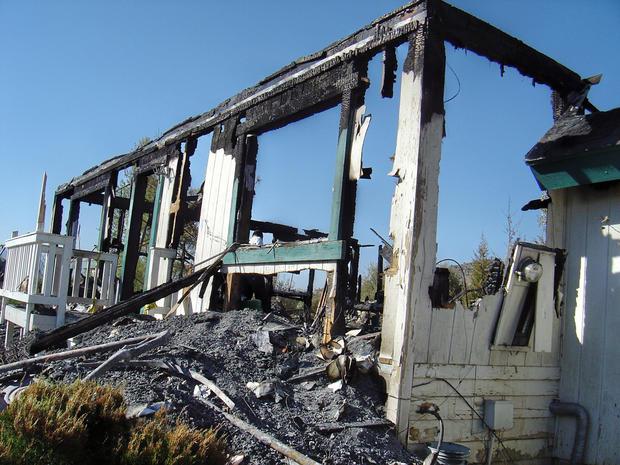 加利福尼亚州Pinyon Pines的房屋被烧毁的遗骸。