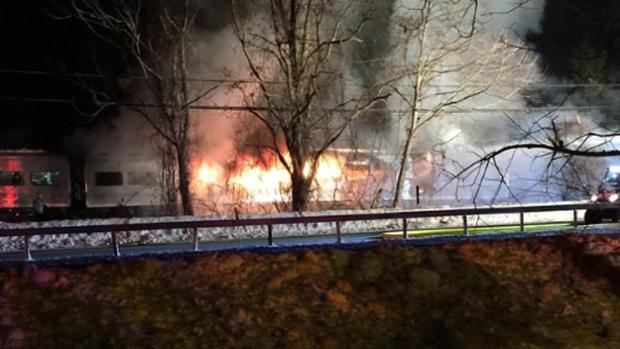 2015年2月3日,在纽约州北部的Valhalla,火车撞上SUV后,Metro-North火车车着火了