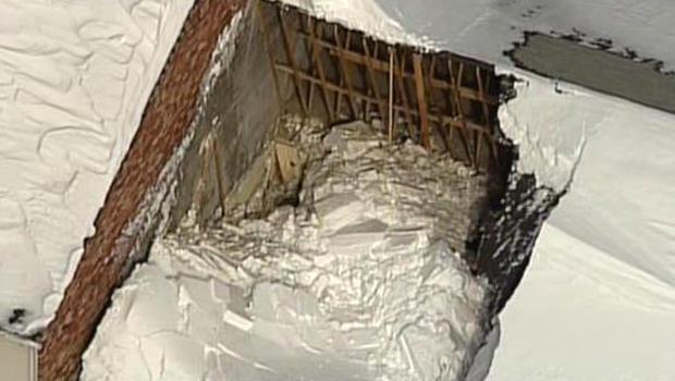2015年2月18日,在马萨诸塞州萨顿的购物广场,鸟瞰图显示了屋顶倒塌的后果。