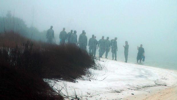 2015年3月11日,佛罗里达州埃格林空军基地的军事人员在水中跋涉并在大雾中搜索,因为一架军用直升机的残骸与11名服役人员坠毁。