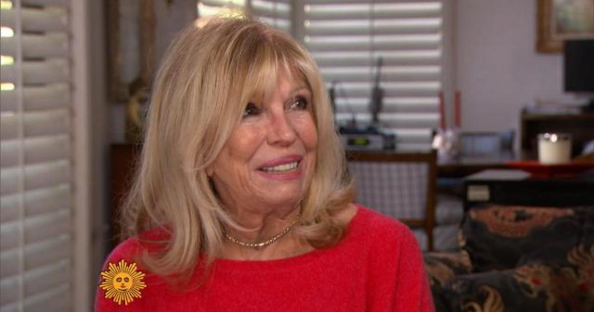 Nancy Sinatra Opens Up About Frank Sinatra, Sister Mia Farrow and ...