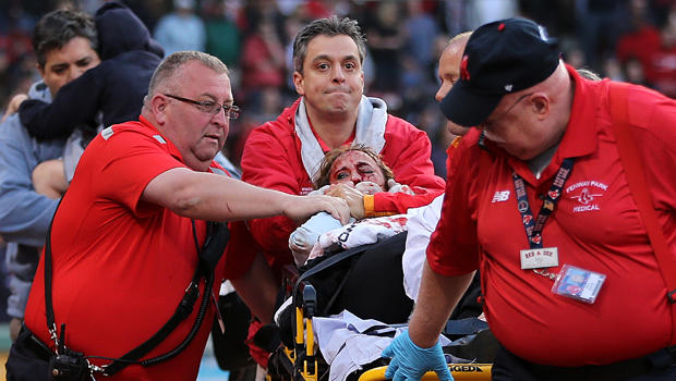 2015年6月5日在马萨诸塞州波士顿举行的芬威公园第二局比赛期间,在波士顿红袜队和奥克兰运动队之间的一场比赛中,一名球员被一名破碎的蝙蝠击中后,医务人员将照顾到一名球迷。